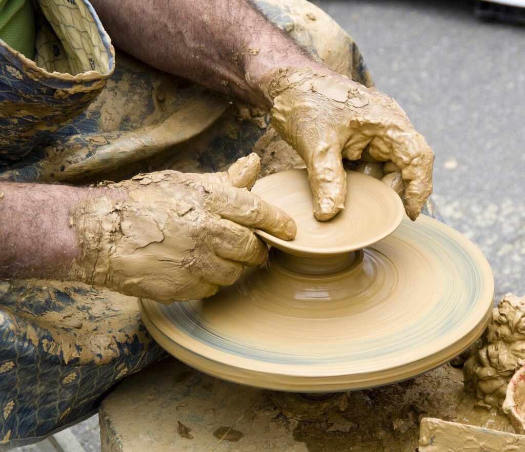 What is difference between Ceramics and Sculptures